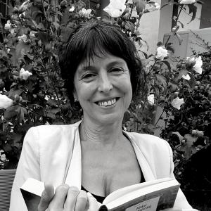 Claudia Maschio - Nata a Padova, ha conseguito la laurea in Sociologia ed il Dottorato di ricerca in Filosofia della Scienza presso l'Università degli Studi di Trento. Scrittrice di fiabe e romanzi, è attualmente co-editrice di Vocifuoriscena, di cui dirige la collana di narrativa contemporanea.
