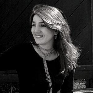 Samaneh Alimohammadi Malayeri ha lasciato il suo paese, l'Iran, nel settembre 2004, per accompagnare sua sorella Mahtab in Italia e assisterla nel suo percorso accademico. Nello stesso tempo, ha continuato i suoi studi in Italia, dove ha conseguito la laurea specialistica in Scienze Pedagogiche presso l'Università degli Studi di Verona e dove attualmente sto concludendo gli studi in Scienze Psicologiche.